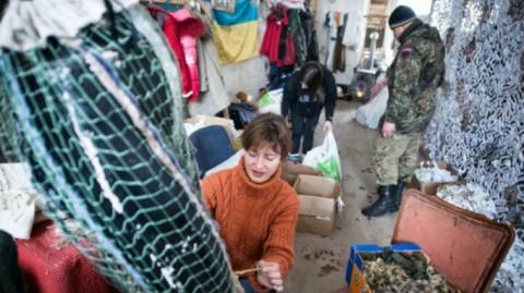 Les bénévoles ukrainiens aident l'armée