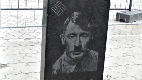 В Киеве поставили памятник Владимиру Путину. Надгробный