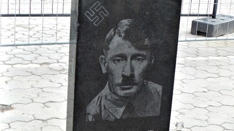 Une pierre tombale représentant Poutine en Hitler a été installée à Kiev