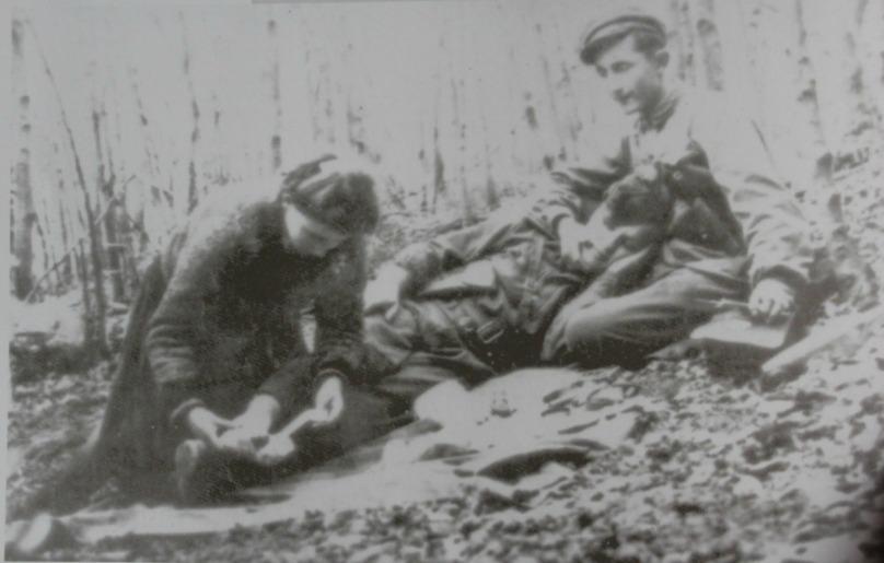Дівчина допомагає пораненому хлопцю