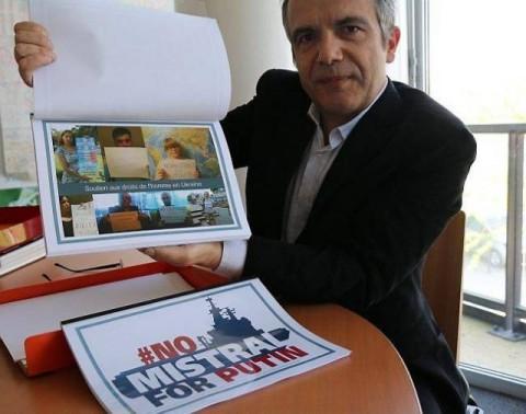 """""""No Mistrals For Putin"""": Des Selfies D'opposants Pour L'Elysée"""