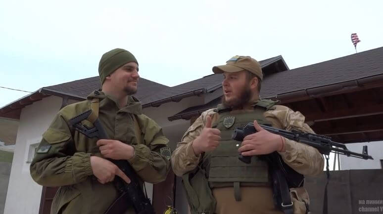 ashton kutcher et thomas miller ont hissé un drapeau americain dans le donbass