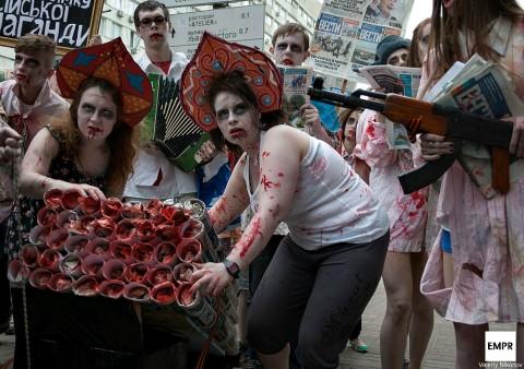 В Киеве прошел зомби-парад в честь газеты Вести: Фоторепортаж
