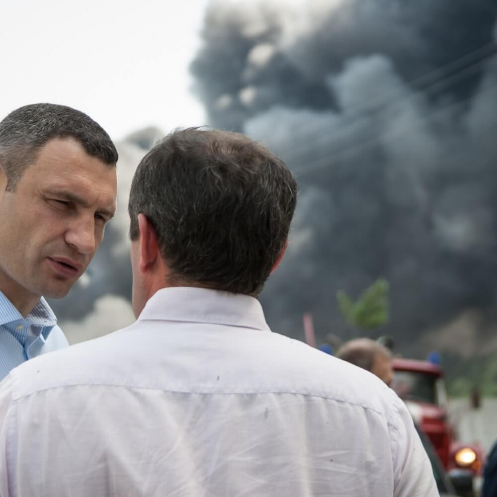 Мэр Киева Виталий Кличко также присутствовал в мобильном лагере МЧС недалеко от эпицентра катастрофы