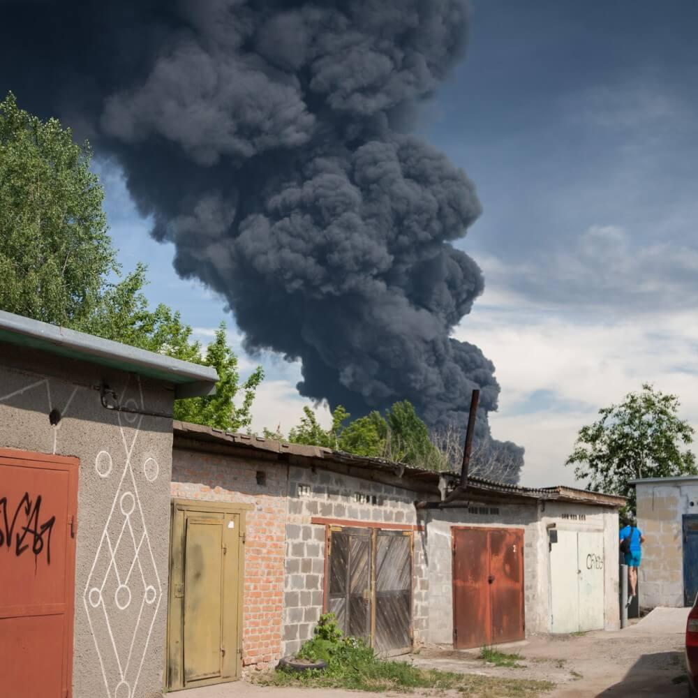 Дым от горящих цистерн с нефтью был легко заметен в близлежащем городе Васильков