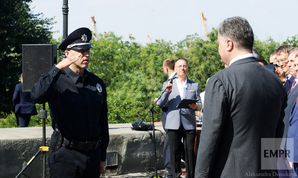 At the beginning of the ceremony, Head of Odessa Patrol Police reported to Petro Poroshenko.