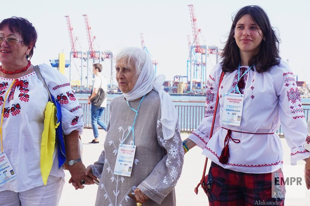 empr.media-ukraine-odesa-Vyshyvanka_chain_2015-12