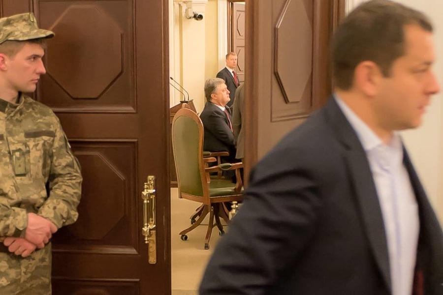 President Petro Poroshenko forces Ukrainian MPs to vote for the new Government President Petro Poroshenko's Block and PM Arseniy Yatsenyuk party Narodny Front ukraine