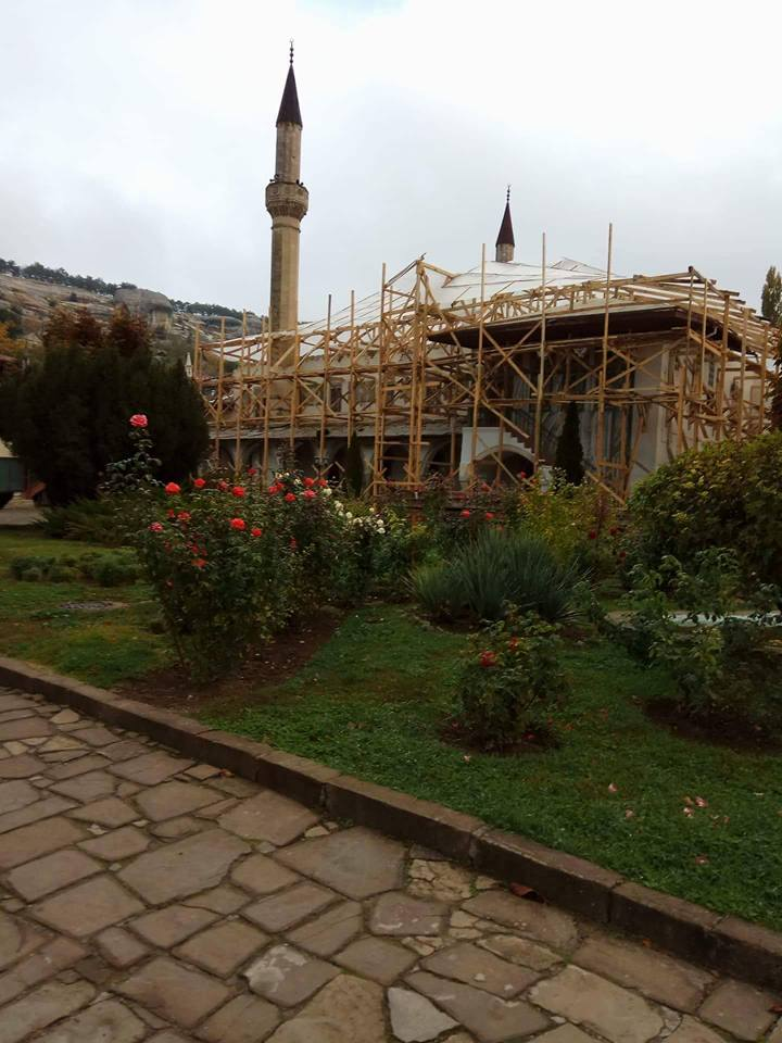 empr.media-Russian-invaders-destroy-Bakhchisaray-Palace-in-Crimea-3