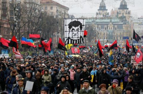 Who benefit from bringing anti-government protest in Ukraine to the conflict between Poroshenko and Saakashvili?